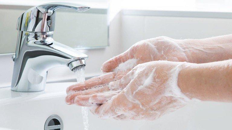 Händewaschen: Gründlich und regelmäßig mit Seife, mindestens 20 Sekunden lang