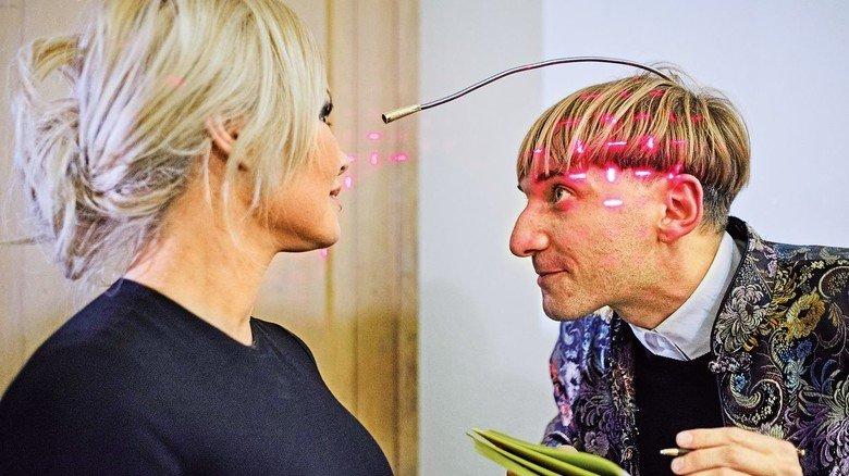 Freakiger Farbenblinder: Der Brite Neil Harbisson ist eine Ikone der Cyborg-Szene. Er trägt einen optischen Sensor, der ihm Farben in Töne übersetzt.