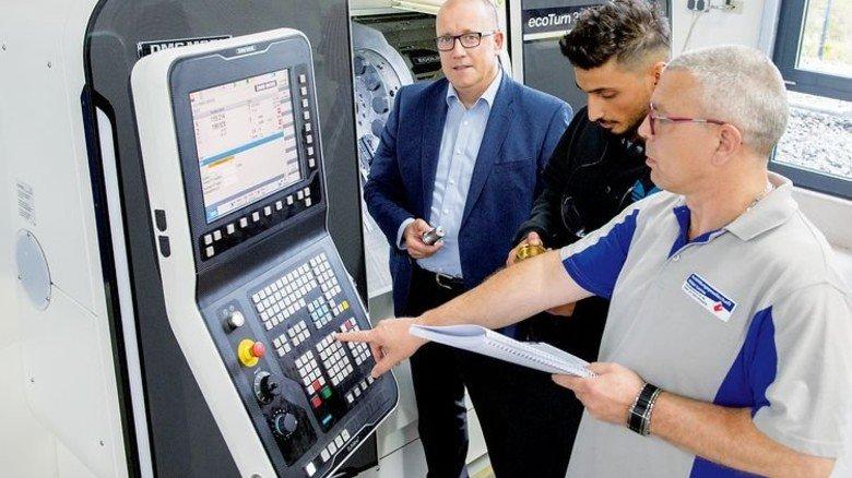CNC-Technik: Geschäftsführer Andreas Weber (links) hält die Ausstattung auf einem hohen Niveau. Foto: Straßmeier