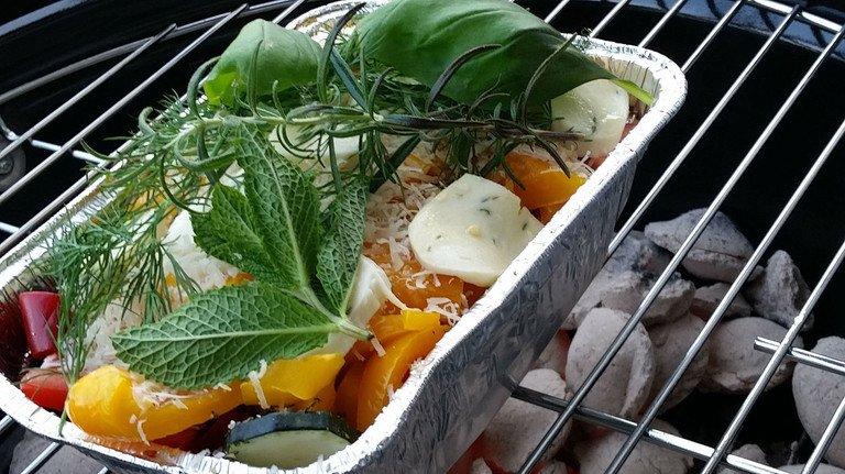 Guten Appetit: Gemüse auf dem Grill gilt heute vielen als schmackhafte Ergänzung zu Fleisch. Noch gesünder wird es, wenn man es in einer Schale grillt. Die ist muss heute nicht mehr aus Alu sein. Aus Edelstahl, Keramik oder Email ist sie sogar wiederverwendbar.