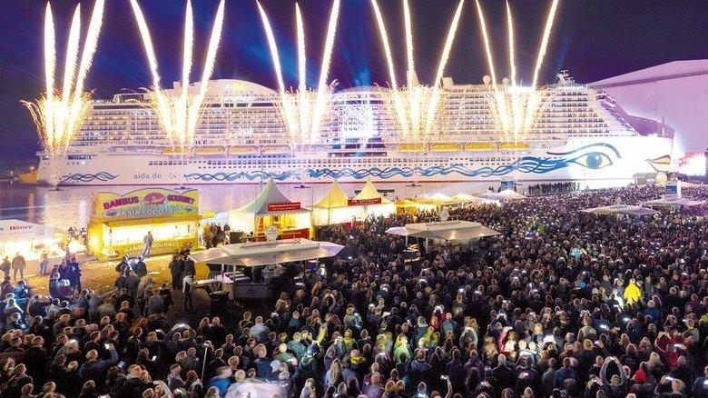 Spektakel: Zur Taufe gab es eine riesige Feuerwerk- und Lasershow. Foto: Meyer Werft