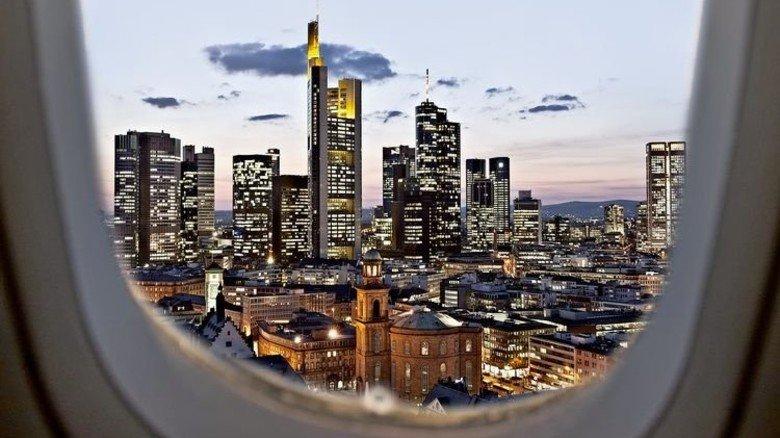 Landeanflug: Blick auf die Frankfurter Skyline und die Paulskirche, Symbol für Freiheit und Demokratie. Foto: dpa