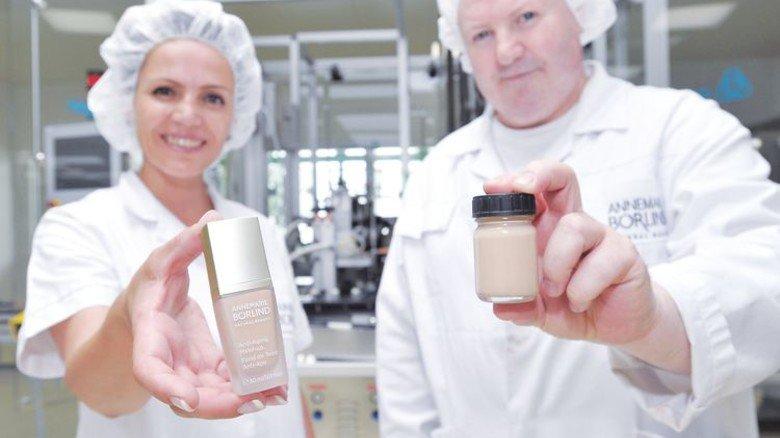 Gelungen: Das Make-up aus der Abfüllanlage (links) ist zu 100 Prozent identisch mit dem Muster aus dem Labor. Foto: Sigwart