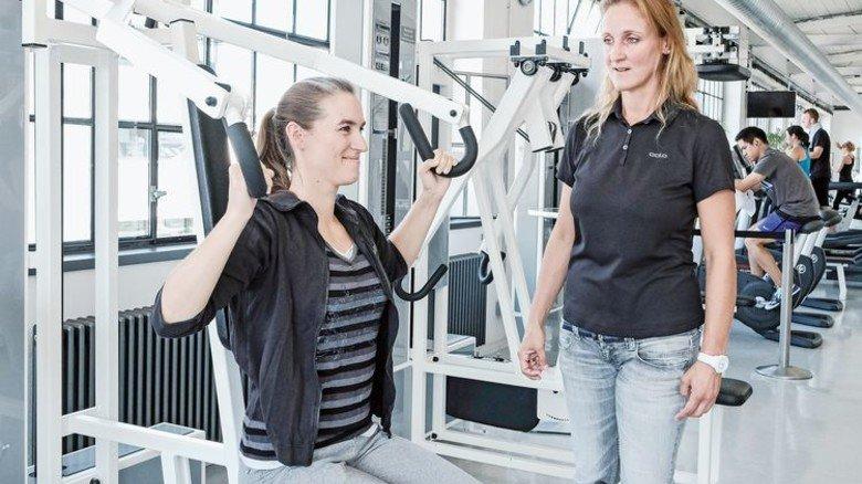 Topfit: Katja Höllein (links) trainiert die Muskeln. Coach Anja Marbach achtet auf korrekte Ausführung. Foto: Roth