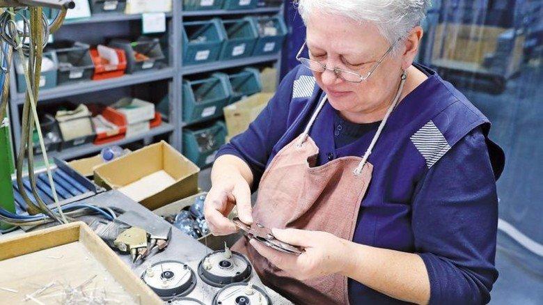 Viel Handarbeit: Endmontage von Kochplatten im Werk. Foto: Karmann