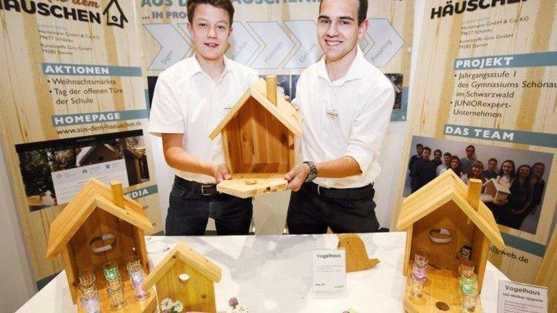 Ungewöhnliche Vogelhäuschen: Jugendliche aus Schönau bauen sie zur Minibar um. Foto: Mierendorf