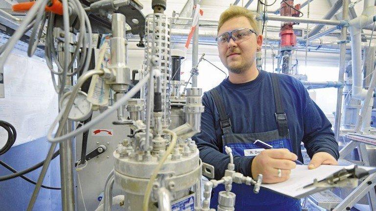 Volle Konzentration: Ralf Deutsch notiert wichtige Messwerte am Reaktionsgefäß. Foto: Sturm