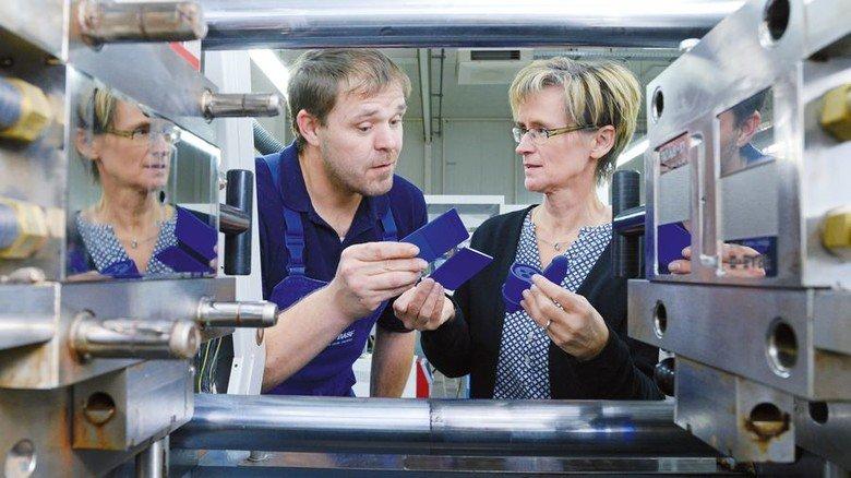 Passt: Heike Mahncke und Michael Hofmockel testen an der Spritzgießmaschine. Foto: Sturm