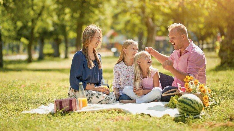 Mahlzeit im Grünen: Ob auf dem Ausflug oder im heimischen Garten – eine Picknickdecke für die kleine Auszeit ist schnell ausgelegt.