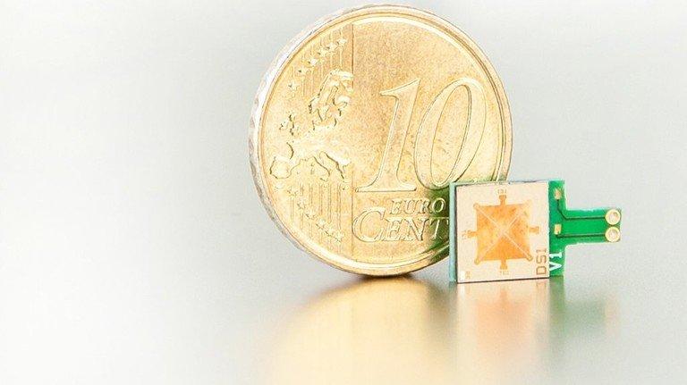 Ups, ganz schön mini: Der kleinste Lautsprecher der Welt könnte Smartphones zur Hi-Fi-Anlage machen. Foto: Fraunhofer ISIT