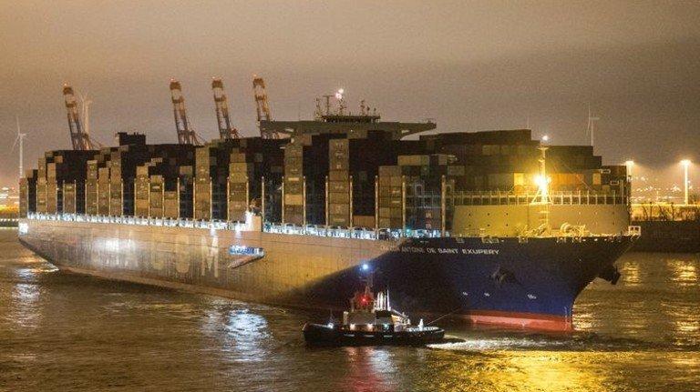 """Logistik-Riese: Das Containerschiff """"Antoine de Saint Exupery"""" der Reederei CMA CGM beim Einlaufen in den Hamburger Hafen. Foto: Daniel Bockwoldt/dpa"""