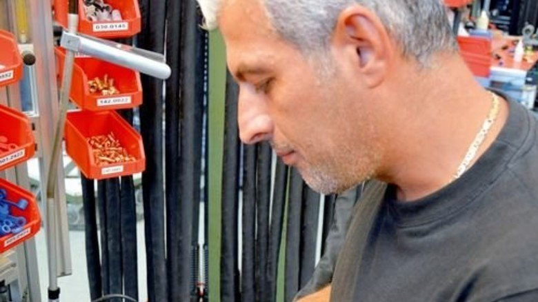 Handarbeit: Sorgfältig montiert Produktionsmitarbeiter Chamoun Chamoun das neueste Modell … Foto: Scheffler