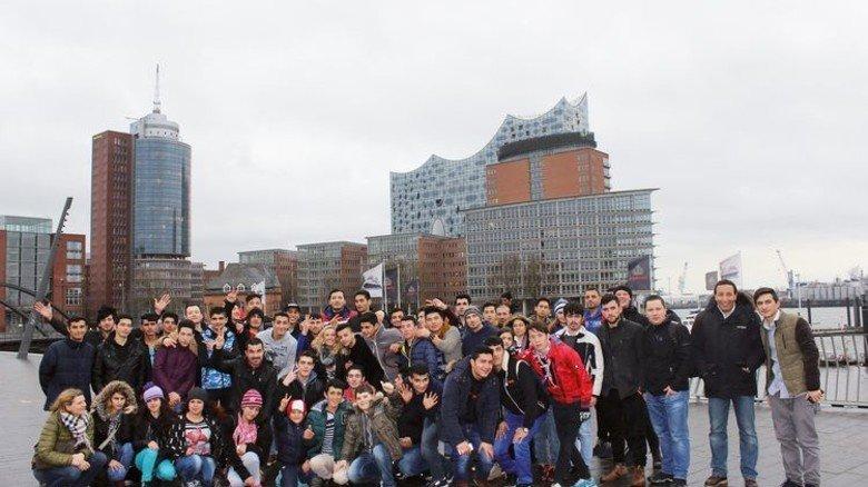 Gruppenreise nach Hamburg: Die 80 jungen Flüchtlinge waren erst im Hafen … Foto: Werk