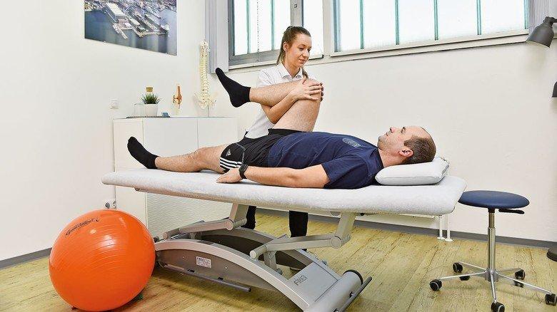 Gut versorgt: Physiotherapeutin Nele Blome behandelt einen Mitarbeiter.