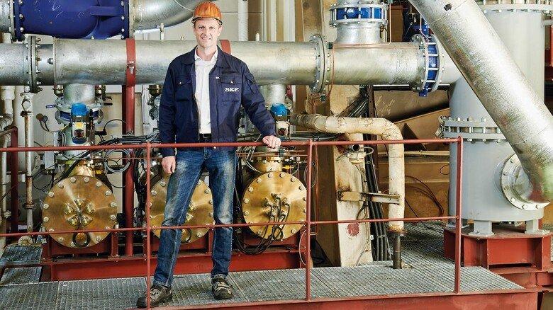"""Im Maschinenraum der """"Toronto Express"""": Mathias Rusch, Direktor des Geschäftsbereichs Marine bei SKF, vor der fertig installierten BlueSonic-Anlage, die hier mit drei Reaktoren arbeitet."""