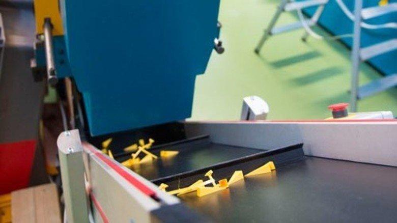 Spritzgussverfahren: Lediglich die Kunststoff-Zacken kommen aus der Maschine. Zum Stern vollendet werden sie per Hand. Foto: Straßmeier