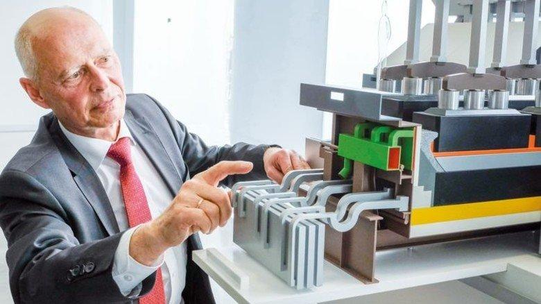 """Heribert Hauck: Der Energie-Fachmann erklärt am Modell, wie die Fabrik umgerüstet wird – damit die Produktion """"tanzen kann"""". Foto: Roth"""