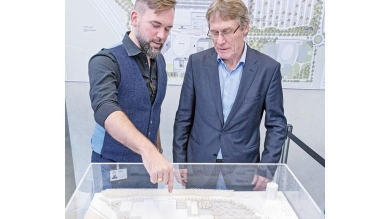 Eine viertel Milliarde Euro teuer: Architekt Martin Linge-Boom und Manager Georg Fölting (rechts) vor dem Modell des neuen Wilo Campus. Herzstück ist die Smart Factory. Foto: Roth