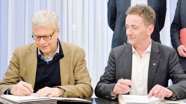 Tarifabschluss 2018 in Hessen: Thomas Brunn, Verhandlungsführer Arbeitgeber, und Jörg Köhlinger, IG Metall (rechts). Foto: Scheffler
