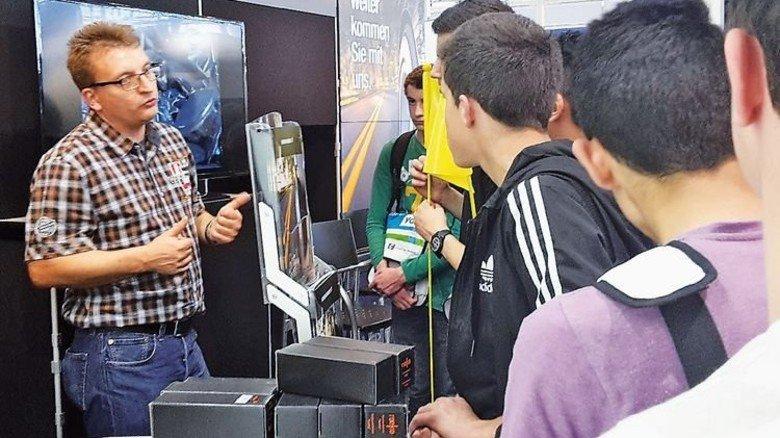 Gespräch am Messestand: Unternehmen und Schüler begegnen sich an den unterschiedlichsten Orten. Foto: KBOP