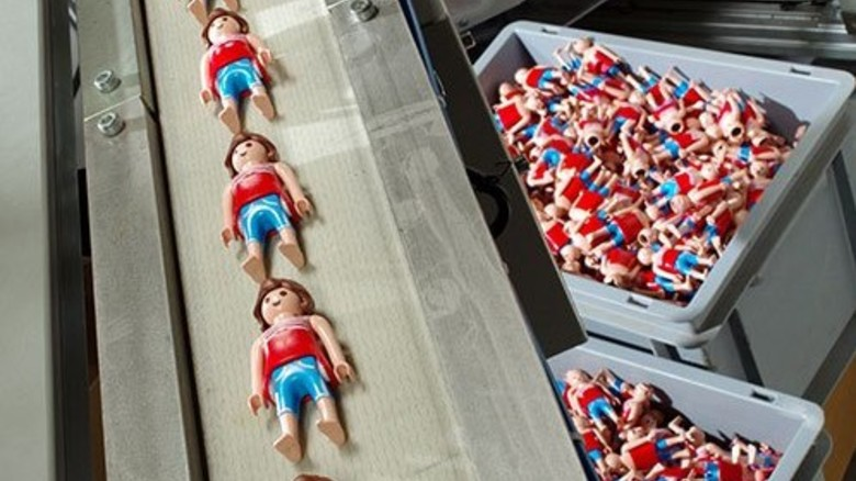 Produktion: In Malta laufen die Figuren vom Band. Foto: Geobra Brandstätter
