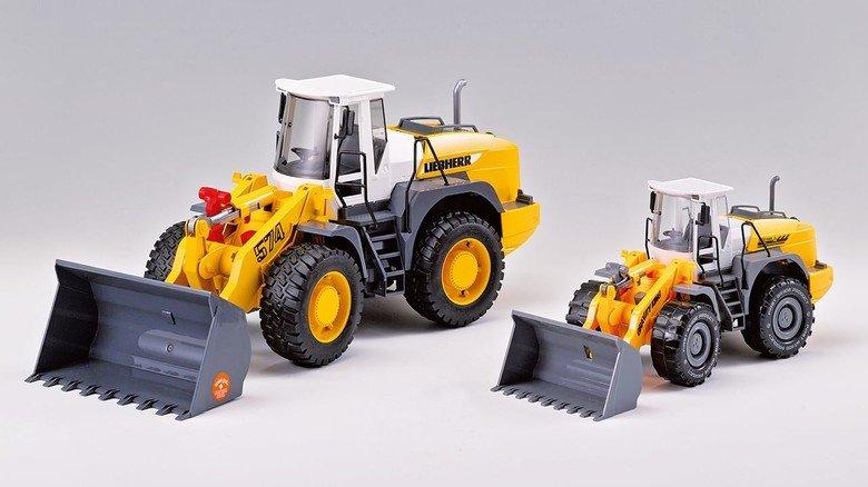 2. Platz beim Schmäh-Preis Plagiarius: Dieser Spielzeugbagger von Bruder Spielwaren (links) wurde kleiner und in minderwertiger Qualität nachgeahmt.