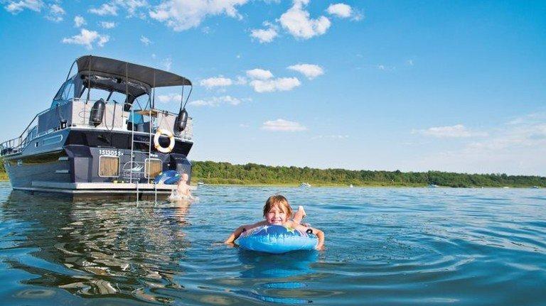 Spaß für die ganze Familie: Mit dem Boot von Hafen zu Hafen tuckern – und anschließend planschen. Foto: Christin Druehl