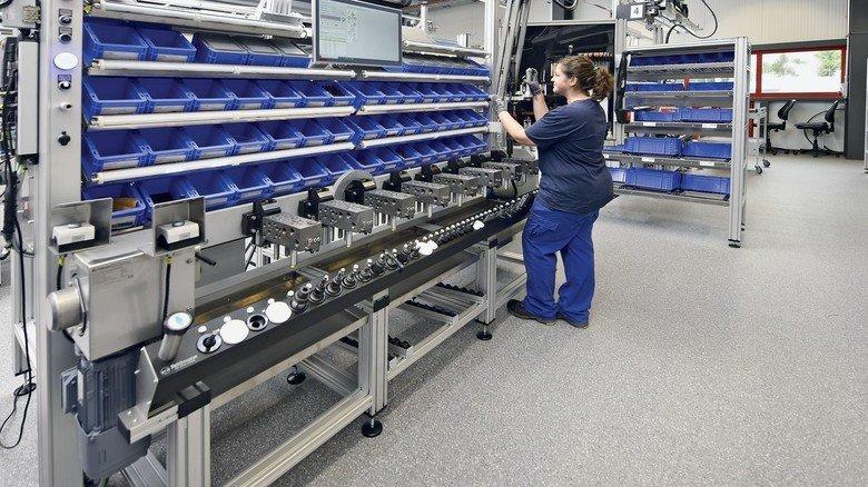 Geführte System-Montage: Meike Conrad montiert bei Buchholz Hydraulik acht Baugruppen parallel.