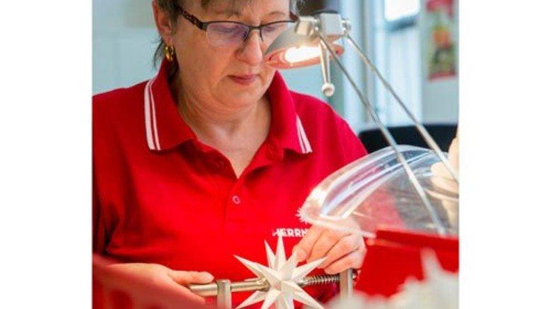 Meisterverkaufte Produkt: Angela Heinrich steckt den kleinen weißen Kunststoff-Stern zusammen. Foto: Straßmeier
