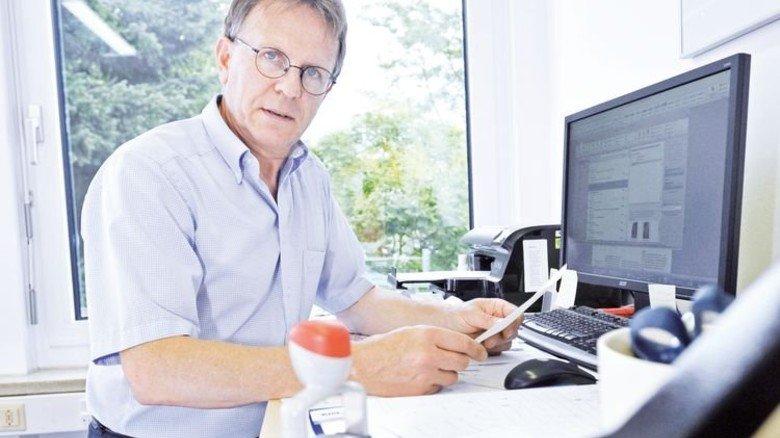 Im Büro: Telefonieren und am PC arbeiten erledigt Hauck im Stehen. Foto: Sigwart
