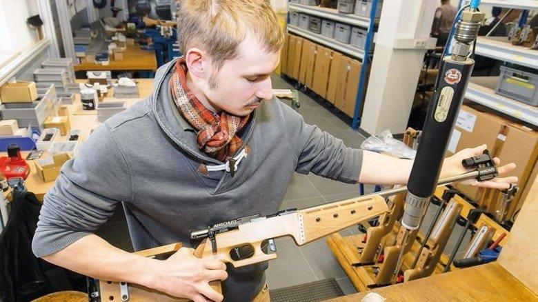 Handarbeit: Montageleiter Dennis Schneider baut ein Sportgewehr zusammen. Foto: Mierendorf