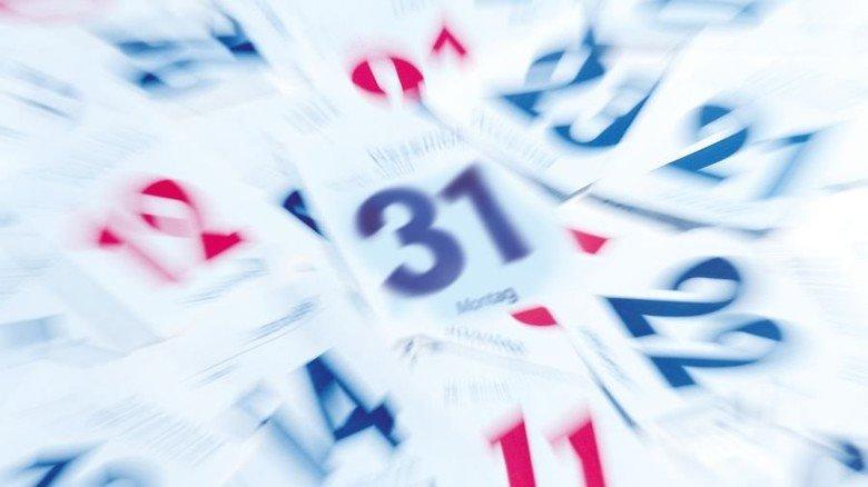 Die Zeit rast: Auch wenn die Kalenderblätter nicht ganz so schnell fallen wie auf diesem Bild – Silvester steht fast schon vor der Tür. Foto: Adobe Stock; Montage: Lang