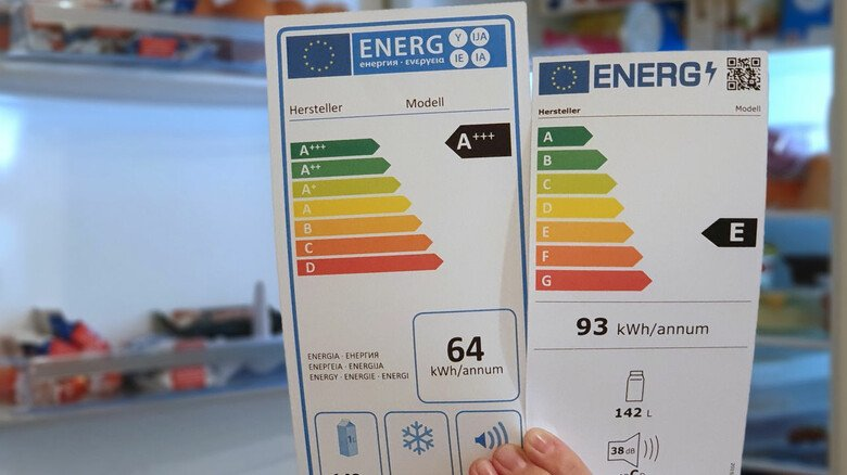 Da staunt der Laie: Ein Kühlschrank, der mit A+++ bewertet wird, landet ab März in einer viel schlechteren Klasse. Der ausgewiesene Stromverbrauch ist dann höher – weil sich die Messmethoden geändert haben. Ein QR-Code (rechts oben auf dem neuen Label) führt zu weiteren Infos über das Gerät.