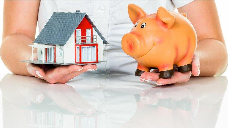 Bauen und sparen: Die richtige Finanzierung für den Hausbau oder -kauf zu finden, kann kniffelig sein. Die Kombination aus Kredit und Bausparvertrag lohnt sich vielleicht für neue Immobilienbesitzer.