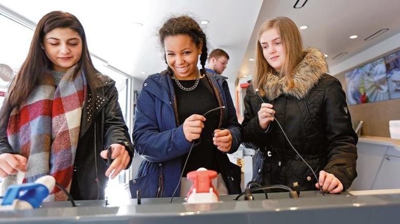 Gut besucht: Der InfoTruck kam bei den Schülerinnen und Schülern bestens an. Foto: Spiering