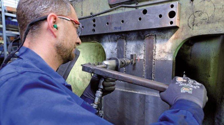 Kraftakt: Christian Colberg bereitet die Vertiefungen vor, die später die Metalock-Riegel aufnehmen werden. Foto: Augustin