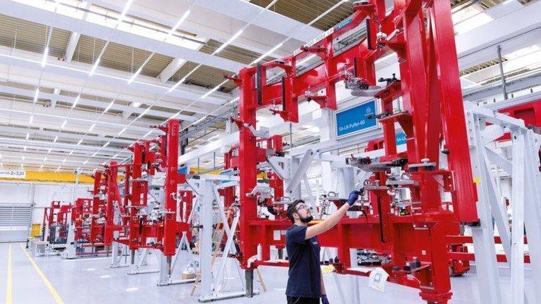 Praktisch: Die Flugzeug-Türrahmen werden zur Bearbeitung in Montagerahmen eingehängt. Foto: Premium Aerotec