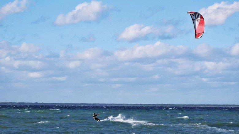 Rasanter Outdoor-Sport: Der Still-Mitarbeiter kam vor etwa fünf Jahren zum Kitesurfen und ist dabeigeblieben.