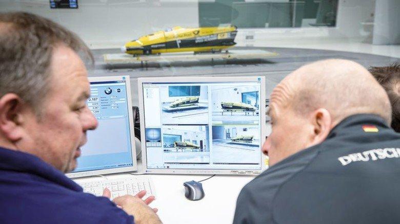 Aufwendige Tests: Mit Simulationen am Rechner wird die Form der Sportgeräte optimiert. Foto: Werk
