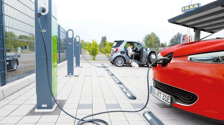 Stecker rein, aufladen: Immer mehr Menschen fahren mit Strom statt mit Sprit.