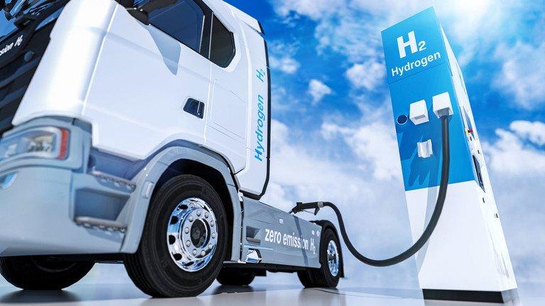 An der Zapfsäule: Das Gas Wasserstoff wird demnächst Trucks antreiben, aber auch Busse und Züge.