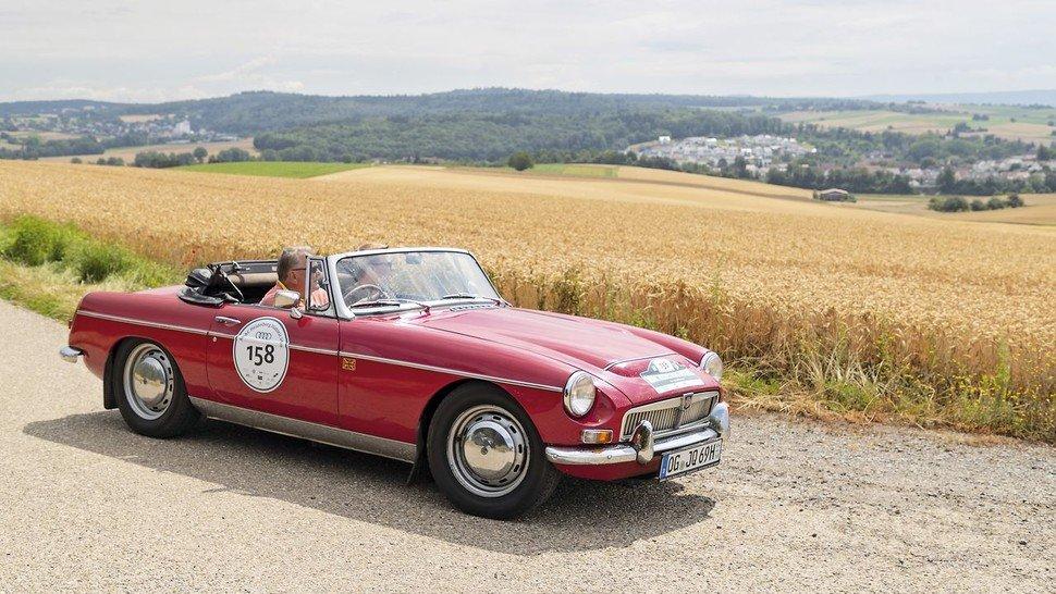 Roter Briten-Blitz: Ein MG MGB Cabrio aus den 60er Jahren. Nur gut für schönes Wetter...