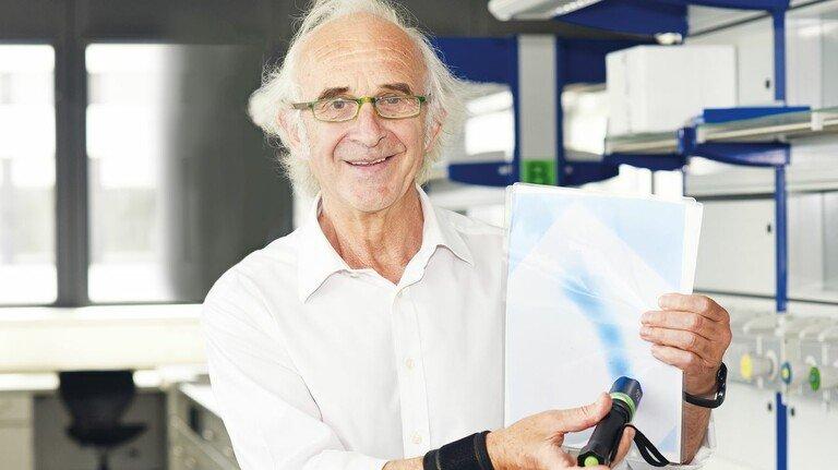 """Malen mit Licht: Professor Michael Tausch zeigt es mit einer """"intelligenten"""" Folie."""