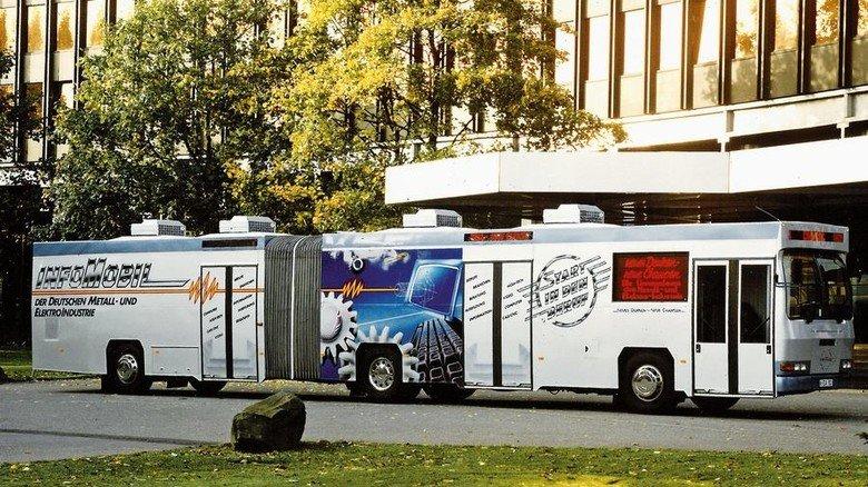 1988: Das erste InfoMobil. In einem umgebautenGelenkbus startete die Kampagne. Anlass für das Angebot: Die Metallberufe wurden neu geordnet. Foto: Tuler