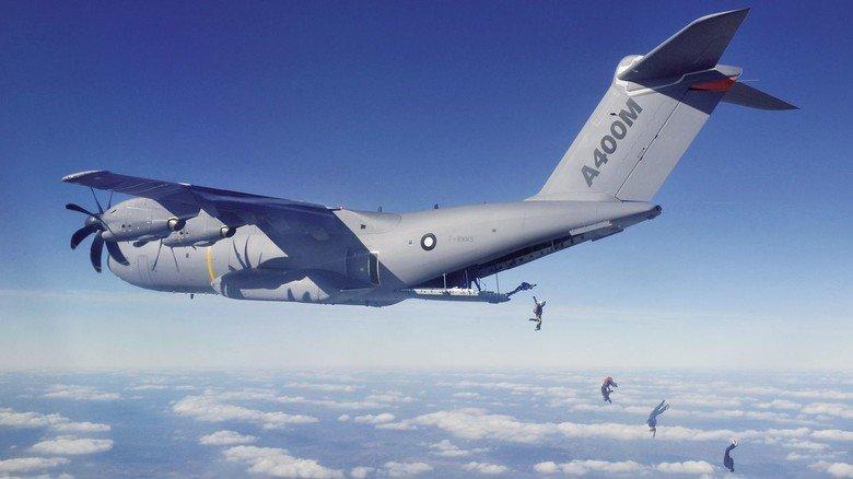 Fliegende Absprungrampe: Bis zu 116 Fallschirmspringer kann die A400M in ihrem geräumigen Rumpf transportieren.
