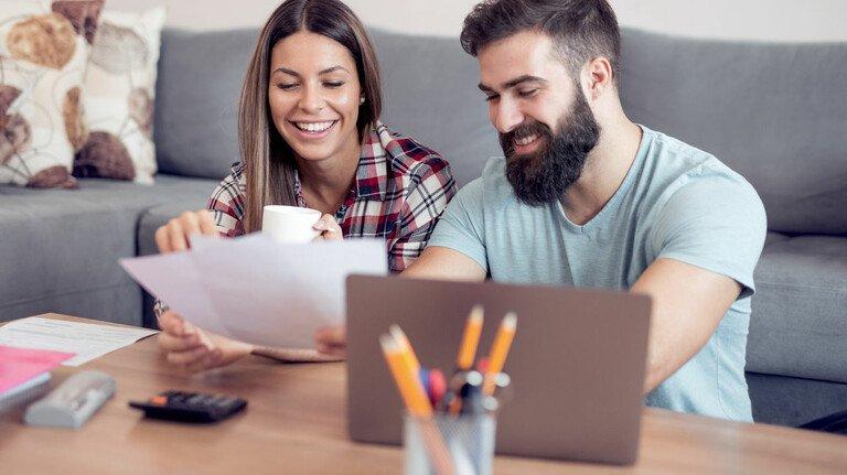 Gemeinsames Konto oder doch alles getrennt: Egal wie man sich entscheidet, in der Partnerschaft sollte man darüber reden, wie die Kostenaufteilung aussehen soll.