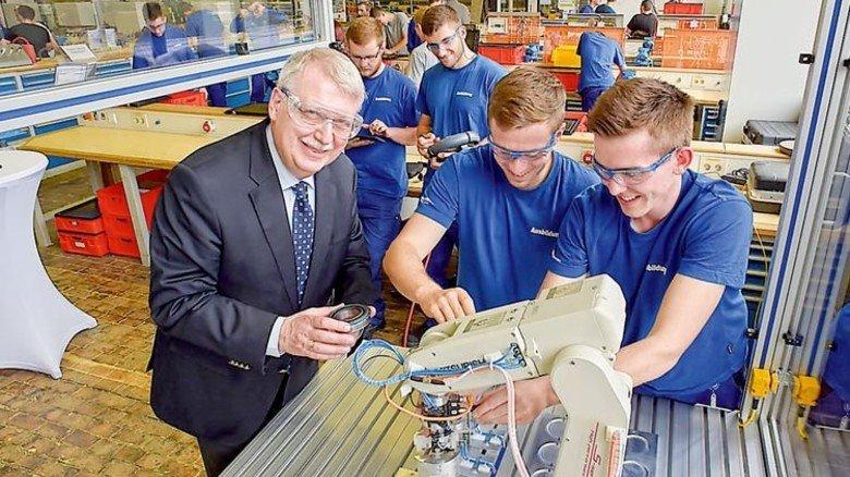 Das macht Spaß: Rainer Kuntz (links) betreut die Ausbildung bei Freudenberg. Foto: Sandro