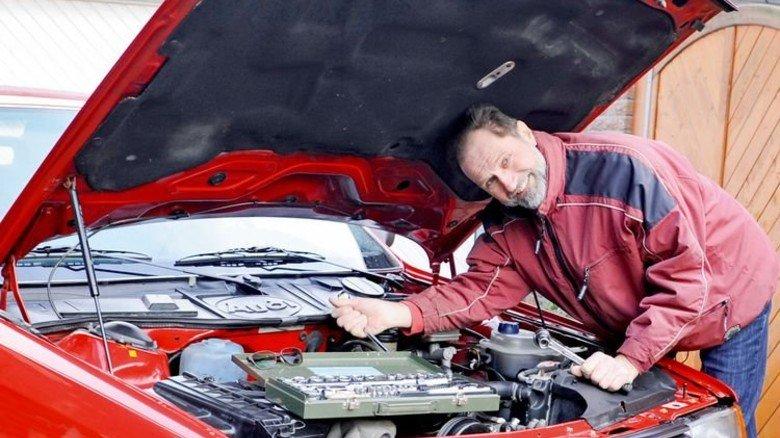 Alles im Griff: Zumindest kleinere Reparaturen erledigt der Youngtimer-Fan selbst. Foto: Wirtz