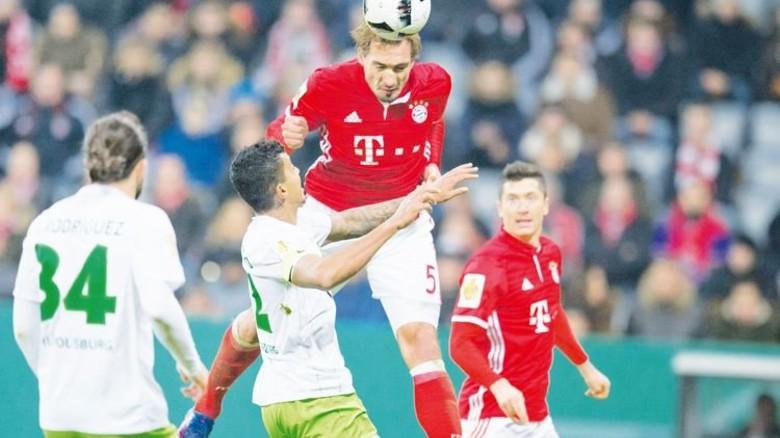 Kopfball-Spezialist: Mats Hummels (dritter v. l.) kämpft. Foto: dpa