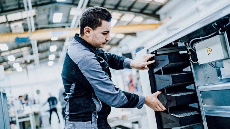 Neue Produktionslinie: Bei Wolf in Mainburg setzt ein Mitarbeiter Filter in ein Luftreinigungsgerät.